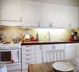 Lacquer Kitchen Cabinets with Reconstituted Stone Countertop